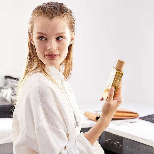 Kris Grikaite musa del nuevo perfume de Loewe Aula Magnolia White