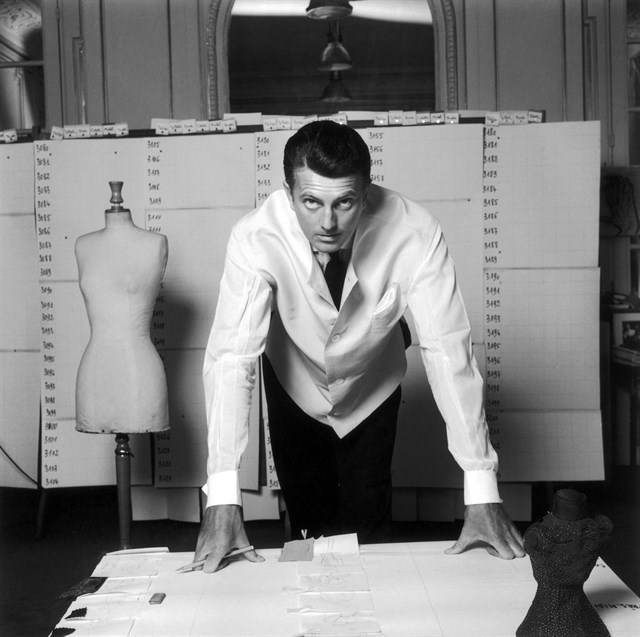 Hubert Givenchy en su atelier